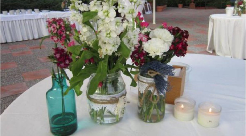 ¡Decora el aperitivo de boda con tarros de cristal con flores!